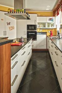 Küchen und Arbeitsplatten-